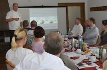 Herbert Thill führt in seinem Vortrag bei der Expertenrunde von frischli in die Thematik Seniorenverpflegung ein.