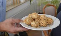 Im praktischen Teil der Expertenrunde von frischli präsentierte Herbert Thill unter anderem Hirsebällchen, die in stationären Senioreneinrichtungen als hochwertige Zwischenmahlzeit serviert werden können.
